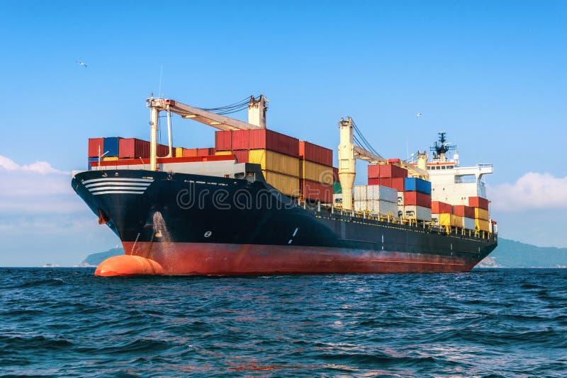 Logistyki i transport Mi?dzynarodowy zbiornika ?adunek sh zdjęcie royalty free