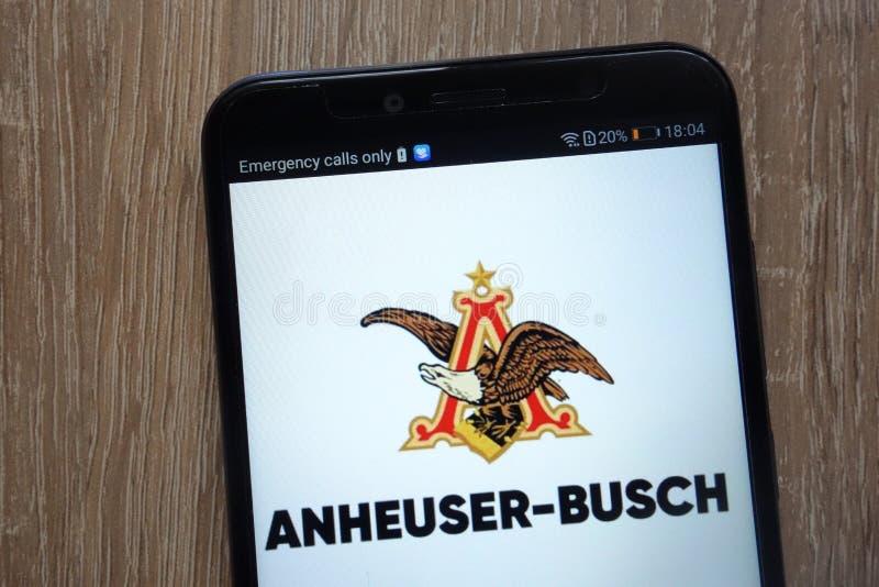 Logo Anheuser-Busch InBev zeigte auf einem modernen Smartphone an lizenzfreie stockfotografie