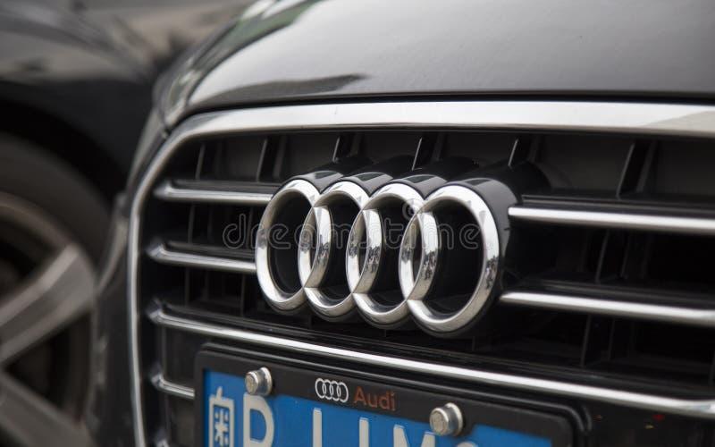 Logo Audi na samochodowym przodzie obrazy royalty free