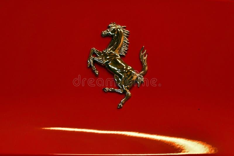 Logo auf roten Ferrari stockfotos