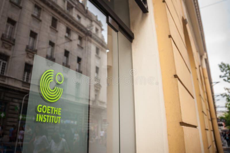 Logo av Belgrade Goethe Institut i den huvudsakliga gatan av staden Det Goethe institutet är den tyska kulturella mitten arkivfoto