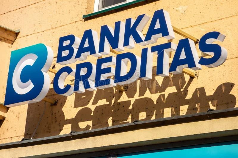 Logo av den Banka Creditas banken på en Sorela byggnad i Ostrava royaltyfri bild