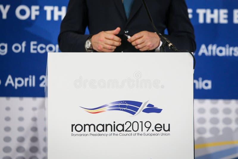 Logo av den rumänska presidentsämbetet av Europeiska unionen rådet under en pressförhandsmöte royaltyfri fotografi