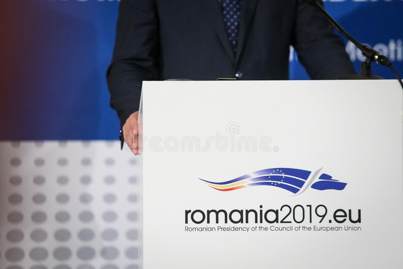 Logo av den rumänska presidentsämbetet av Europeiska unionen rådet under en pressförhandsmöte arkivfoton