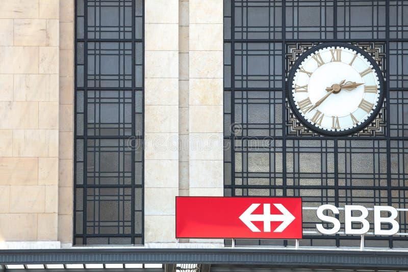 Logo av den schweiziska CFFEN FFS för järnvägar SBB framme av stationen för GenèveCornavin Gare de Cornavin drev royaltyfri fotografi