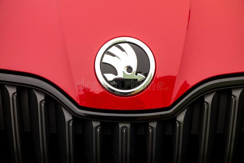Logo av den Skoda bilproducenten på en röda Fabia Monte Carlo royaltyfria bilder