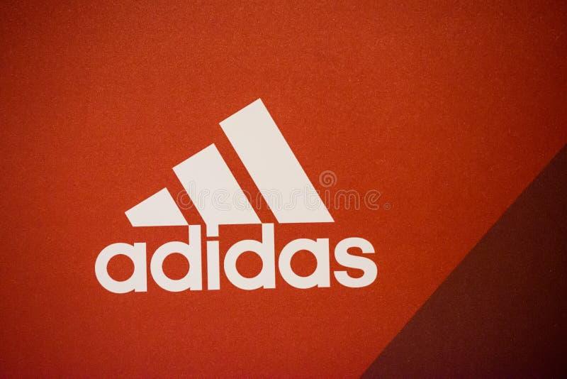 Logo av det Adidas företaget royaltyfri bild