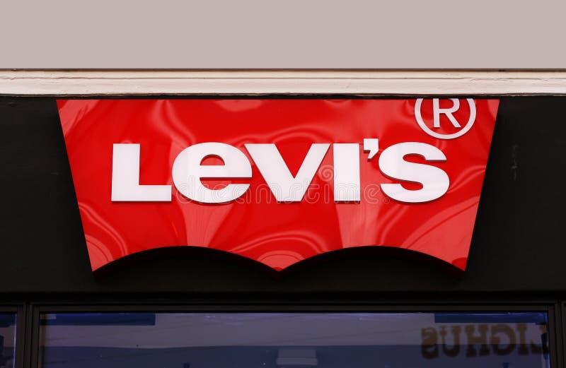 Logo av det Levis levi jeanslagret Levi Strauss grundade i 1853, är ett amerikanskt klädföretag som var bekant över hela världen  royaltyfri foto