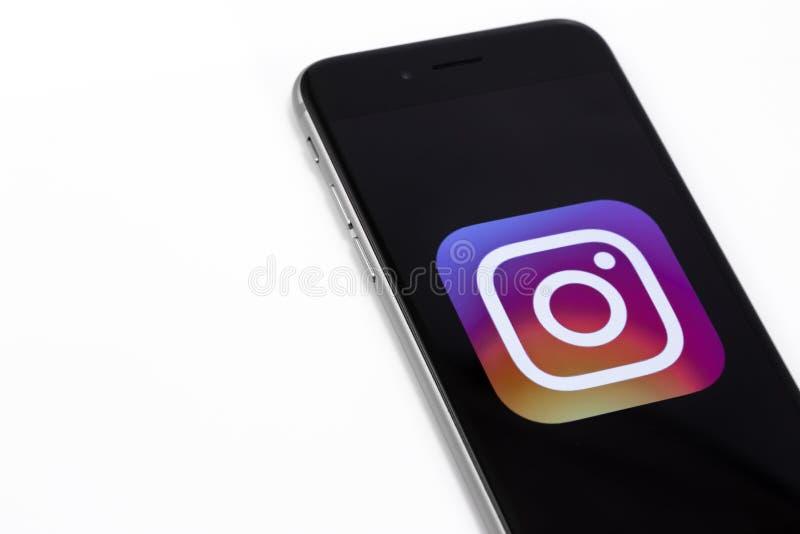 Logo av Instagram på den Apple iPhonen 6s Instagram är störst och M royaltyfri fotografi