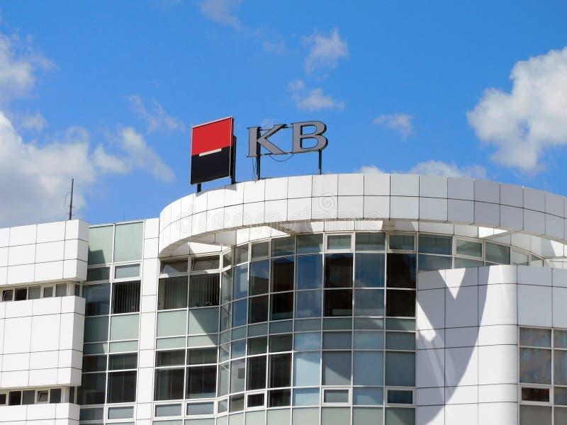 Logo av Komercnien Banka på en vit byggnad i Ostrava, Tjeckien i trevligt sommarväder arkivfoton