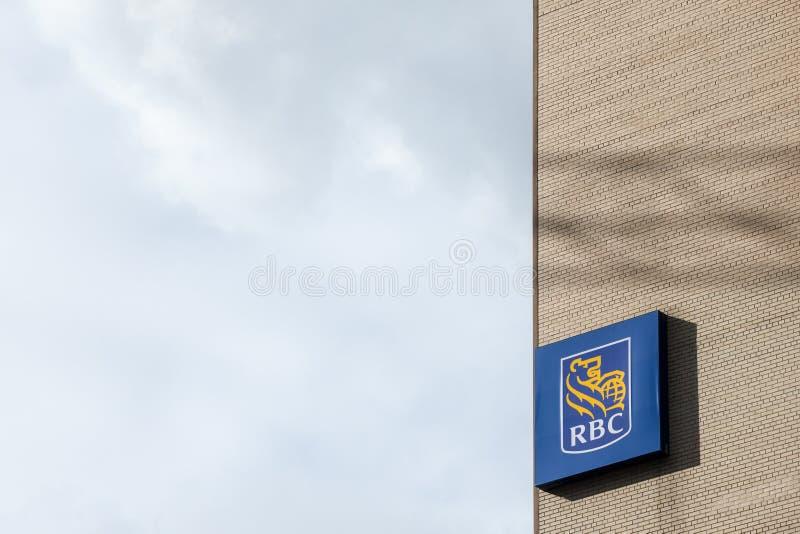 Logo av Royal Bank av Kanada RBC i Montreal, Quebec nära deras huvudkontor RBC är en av de huvudsakliga bankerna av landet arkivfoton