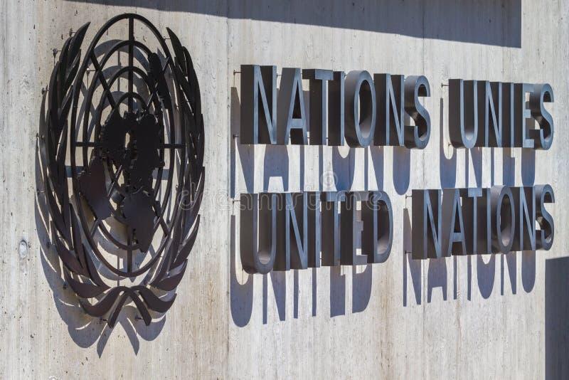 Logo av United Nations på ingången av FN-kontoret på Genève, Schweiz fotografering för bildbyråer