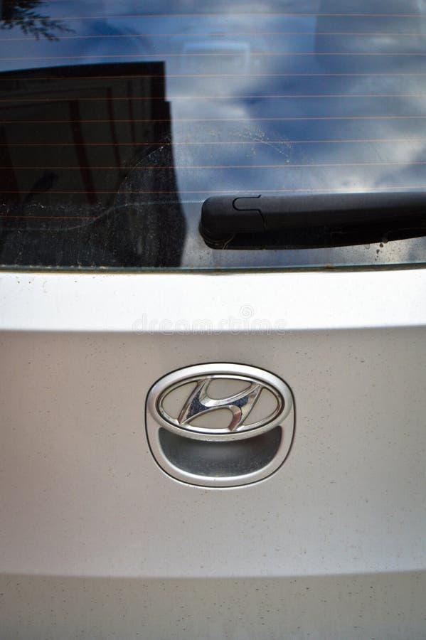 Logo bianco del metallo del cromo di Hyundai dell'automobile fotografia stock libera da diritti