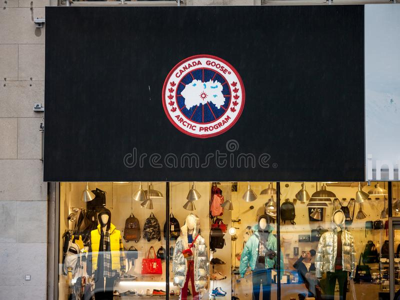 Logo Canada Goose Arctic Program på deras strömförsörjning shoppar Den Kanada gåsen är ett kanadensiskt modedräktmärke av vinterk fotografering för bildbyråer