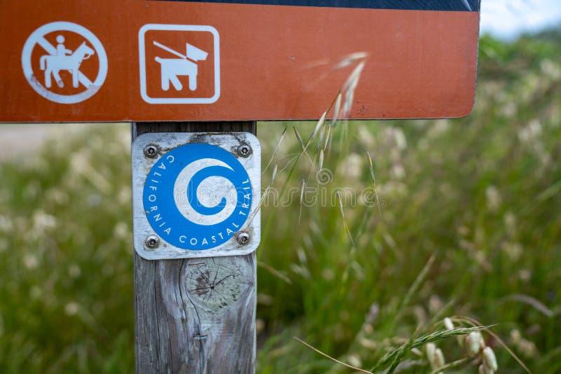 Logo costiero della traccia di California sull'invio del segno lungo il percorso del trailhead fotografia stock