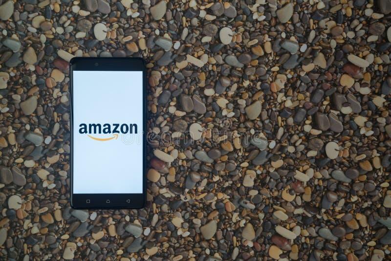 Logo d'Amazone sur le smartphone sur le fond de petites pierres photos libres de droits
