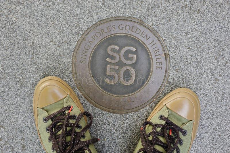 Logo d'anniversaire de Singapour cinquantième avec des chaussures photographie stock libre de droits