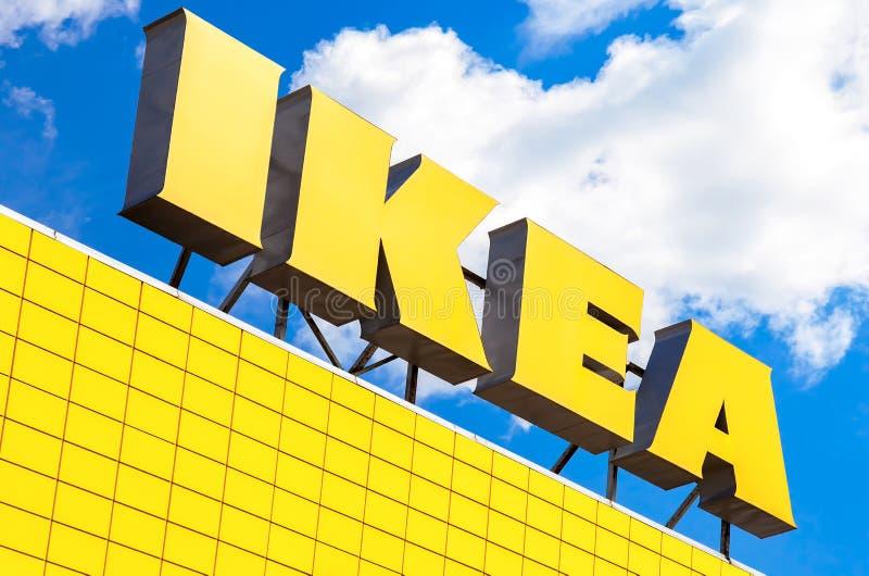 Logo d'IKEA contre le ciel bleu IKEA est furnitur du ` s du monde le plus grand photo libre de droits
