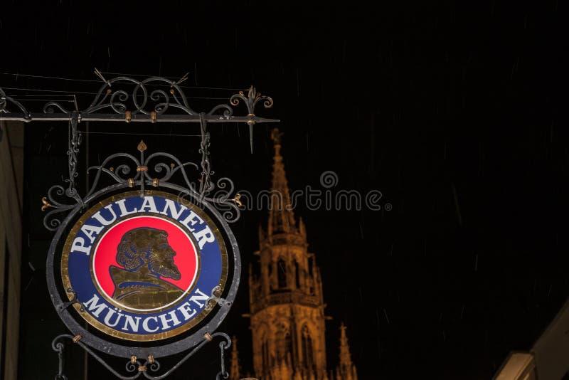 Logo de bière de Paulaner devant la ville nouvelle Hall Neues Rathaus de Munich la nuit images libres de droits