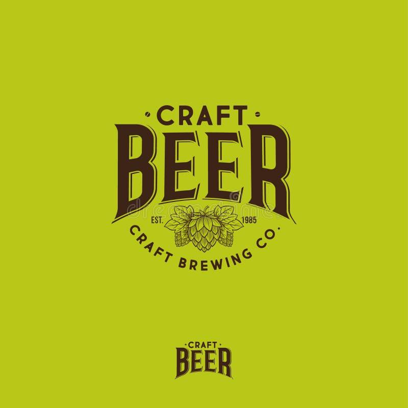 Logo de bi?re de m?tier Logo de compagnie de brassage Emblème ou enseigne de bar de bière Houblon en cônes et composition typogra illustration stock