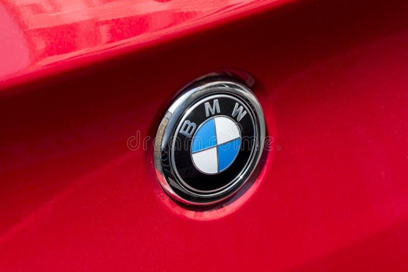 Logo de BMW sur la voiture rouge de BMW photo stock