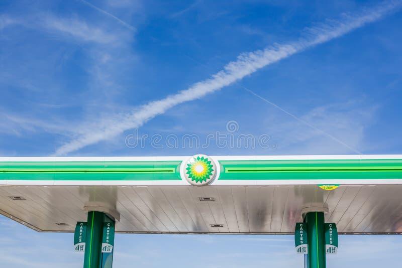 Logo de BP sur sa station service de gaz photographie stock libre de droits