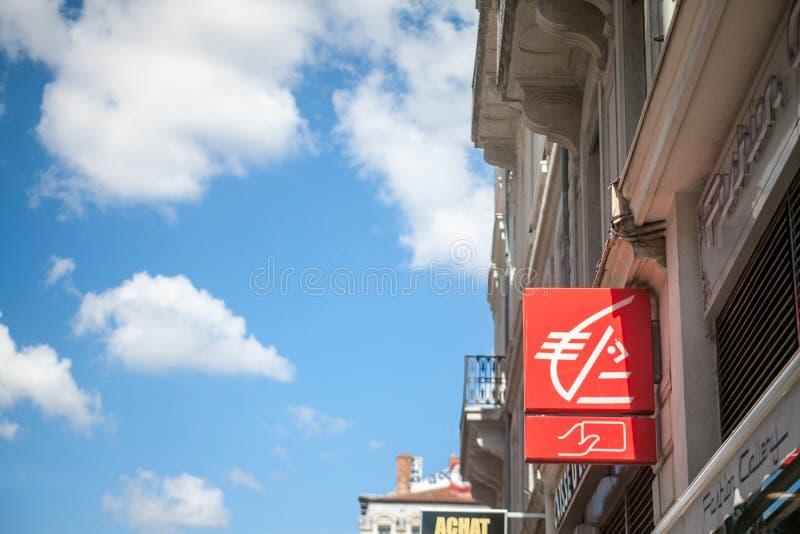 Logo de Caisse d'Epargne devant leur banque locale à Lyon Caisse d'Epargne est une interdiction au détail coopérative photo libre de droits