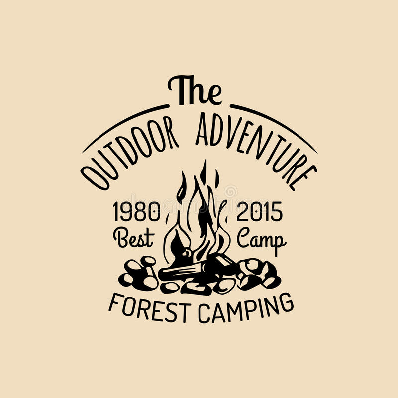 Logo de camp de vecteur Signe de tourisme avec l'illustration tirée par la main de feu Rétro emblème de hippie, label des aventur illustration libre de droits