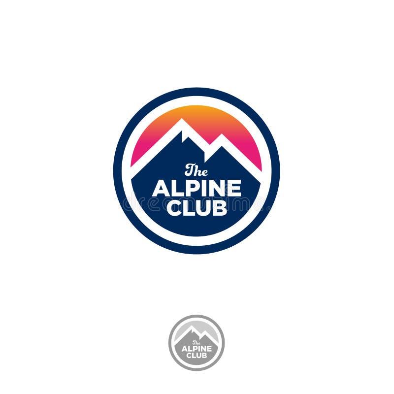 Logo de club alpin Crêtes de montagne et ciel de coucher du soleil sur un cercle illustration stock