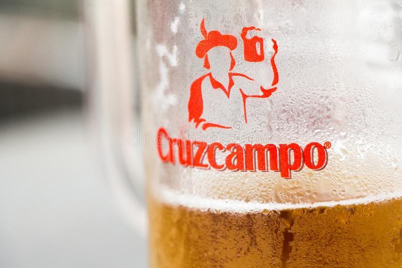 Logo de Cruzcampo sur la bière de Cruzcampo images stock