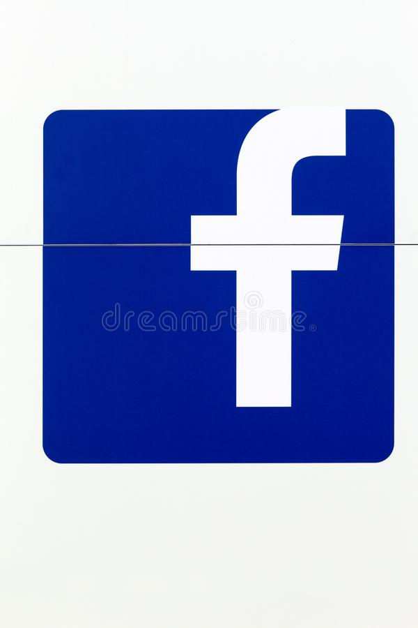Logo de Facebook sur un mur photos libres de droits