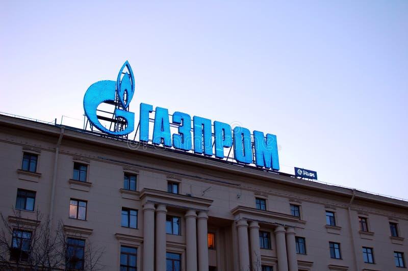 Logo de GAZPROM sur la façade du bâtiment photographie stock libre de droits