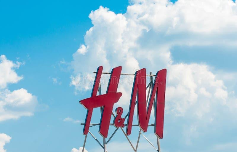 Logo de H et de M sur le mail de Promenada, ciel bleu avec les nuages blancs photographie stock