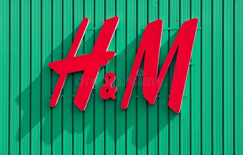 Logo de H&M sur le fond vert du magasin situé dans le mail de Fiera C'est une société au détail d'habillement multinational image stock