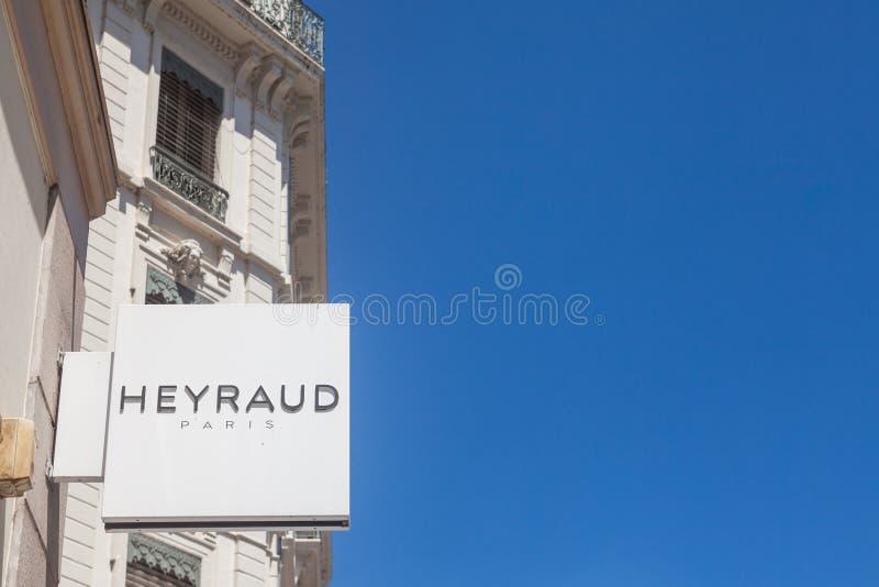 Logo de Heyraud devant leur magasin local à Lyon Heyraud, une partie de groupe d'Eram, est les chaussures et le détaillant frança photo stock