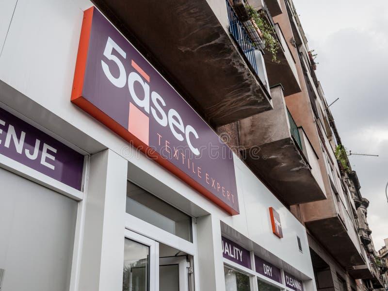 Logo de la boutique 5asec principale à Belgrade 5asec est un réseau de nettoyeur à sec de franchisage photos stock