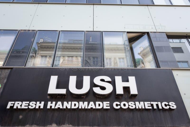 Logo de Lush Cosmetics en su tienda principal para Viena, Austria Lush es una marca de productos de belleza para los vendedores imagen de archivo libre de regalías