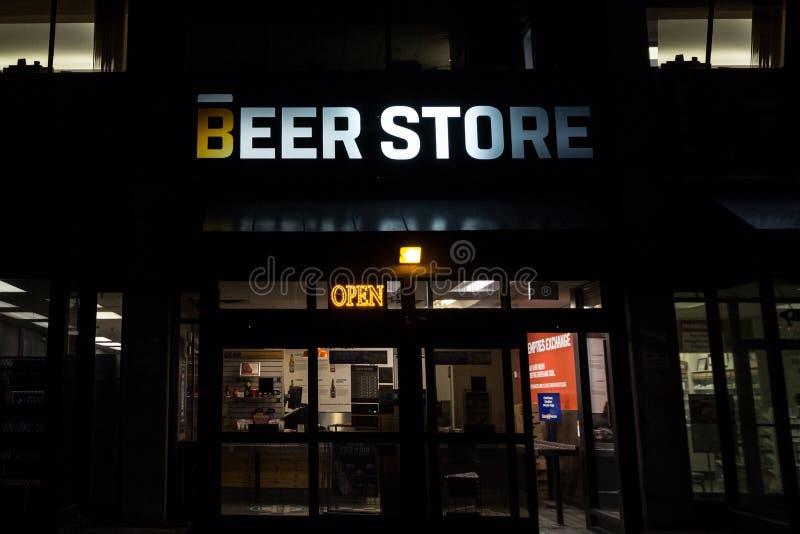 Logo de magasin de bière sur un de leurs magasins à Toronto du centre, Ontario la nuit image stock