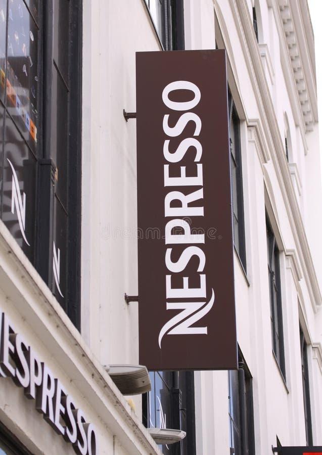Logo de magasin de café de Nespresso sur le panneau de boutique Nespresso Nestle groupent la marque a une présence dans plus de 6 photos stock