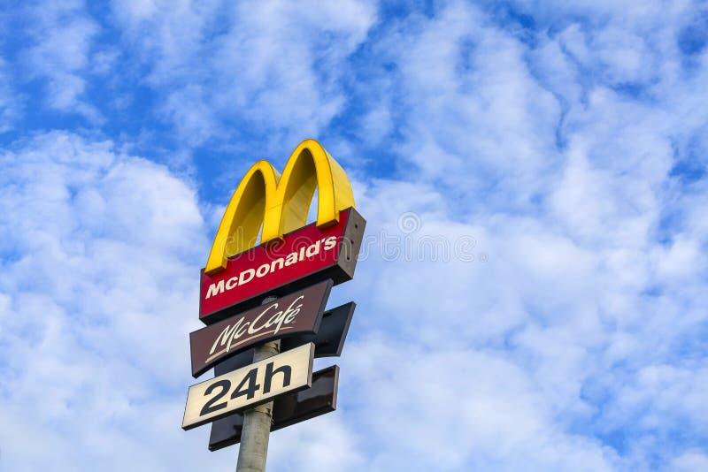 Logo de McDonalds sur le ciel bleu image stock