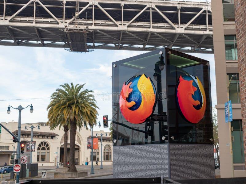 Logo de Mozilla Firefox en dehors d'emplacement de San Francisco avec la paume photo libre de droits