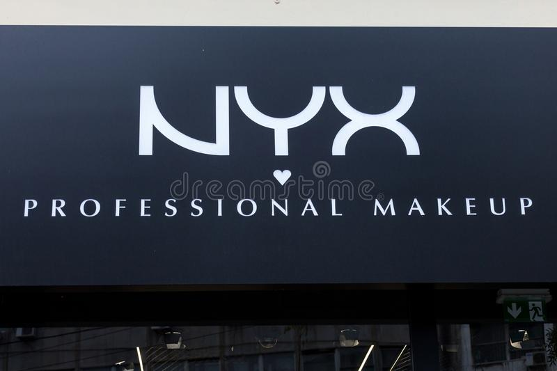 Logo de Nyx Cosmetics sur un de leurs détaillants Nyx est une société américaine de cosmétiques spécialisée dans le maquillage photo libre de droits