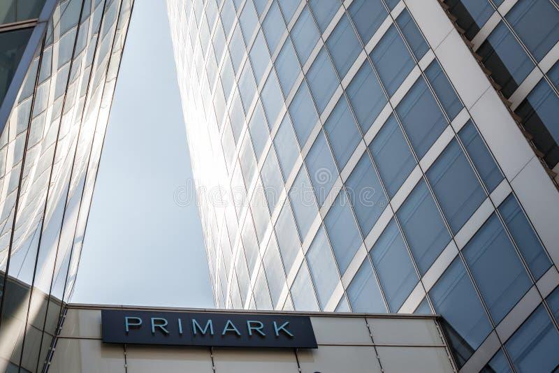 Logo de Primark devant leur magasin principal à Lyon du centre Primark est un détaillant de vêtements de mode rapide irlandais images libres de droits