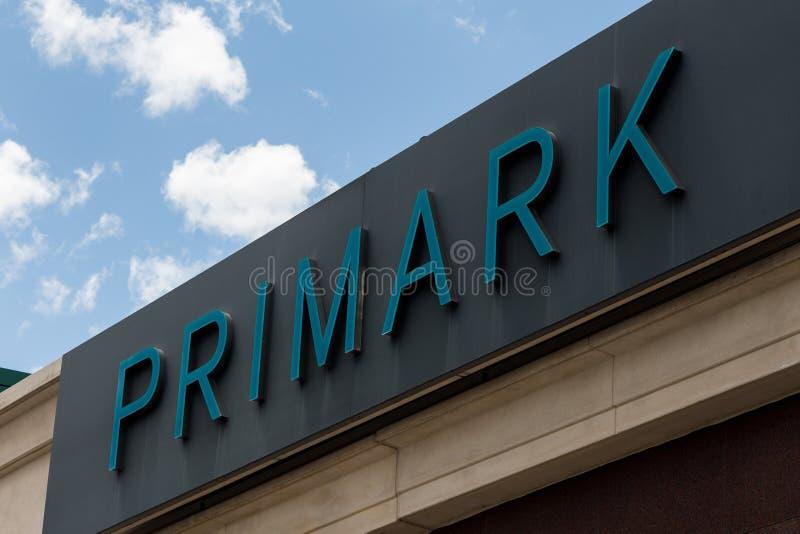 Logo de Primark sur le magasin de Primark photographie stock