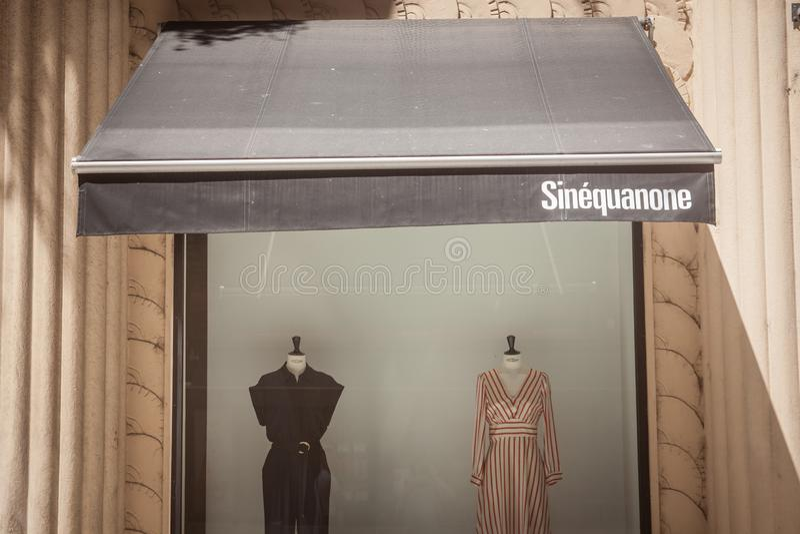 Logo de Sinequanone devant leur boutique pour Lyon Sinequanone est un détaillant de vêtements de mode de luxe de Paris images stock