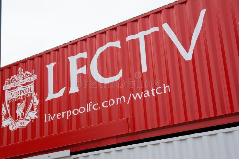 Logo de Televison de club du football de Liverpool de ` du ` LFCTV sur le récipient en dehors de du stade d'Anfield à Liverpool images libres de droits