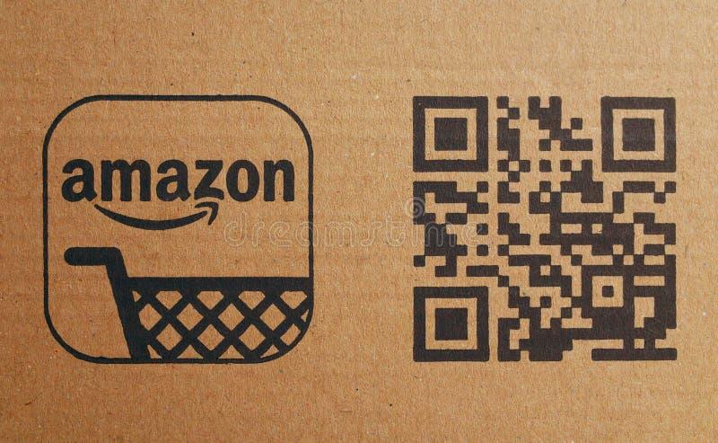 Logo del carrello di acquisto della società di Amazon e codice di QR su cartone immagini stock libere da diritti