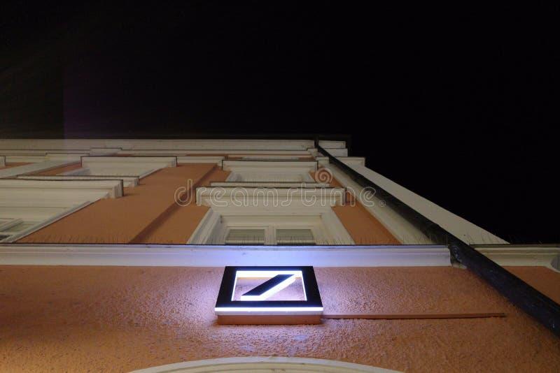 Logo del Deutsche Bank en la noche foto de archivo