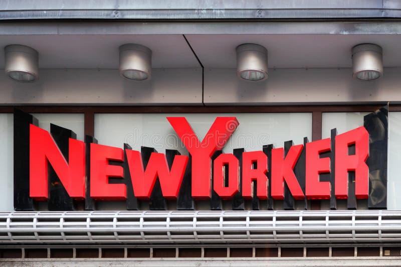Logo del Newyorkese su una parete immagini stock