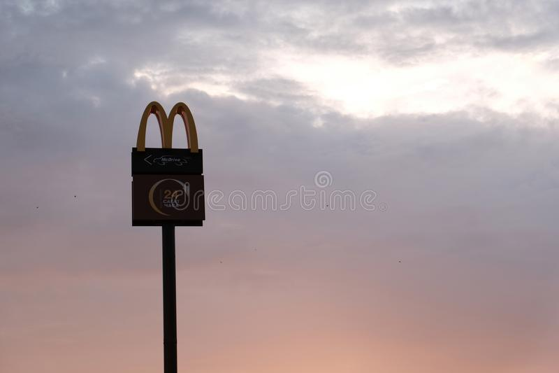 Logo del ` s di Kostanay, del Kazakistan, del venerdì 13 luglio 2018, di McDonald su una colonna alta nel cielo all'alba o crepus fotografie stock libere da diritti